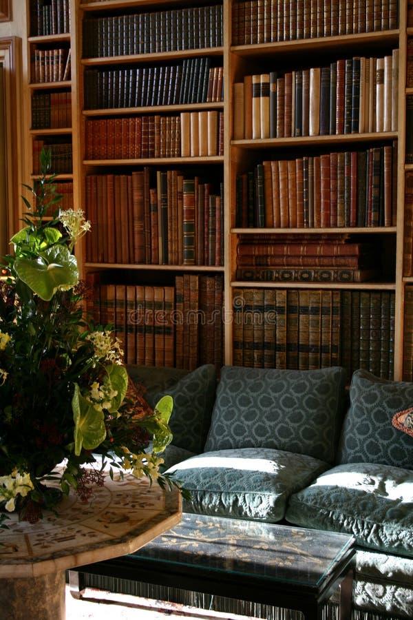 Estantes viejos de la librería privada fotografía de archivo libre de regalías