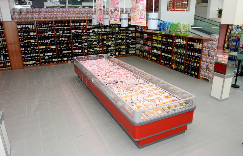 Estantes y refrigerador del vino con la carne fotos de archivo libres de regalías