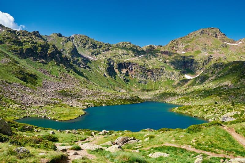 Estany del Mig Tristaina sjöar (Estanis de Tristaina) _ fotografering för bildbyråer
