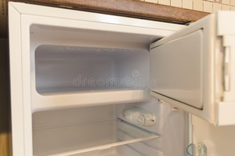 Estar aberto de um refrigerador vazio imagem de stock royalty free