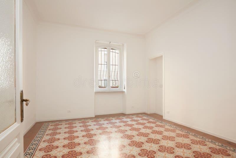 Estar aberto e sala branca, vazia no apartamento renovado foto de stock