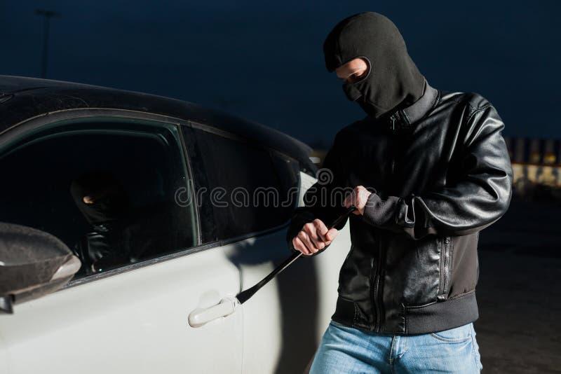 Estar aberto masculino do ladrão de carro com jemmy foto de stock royalty free