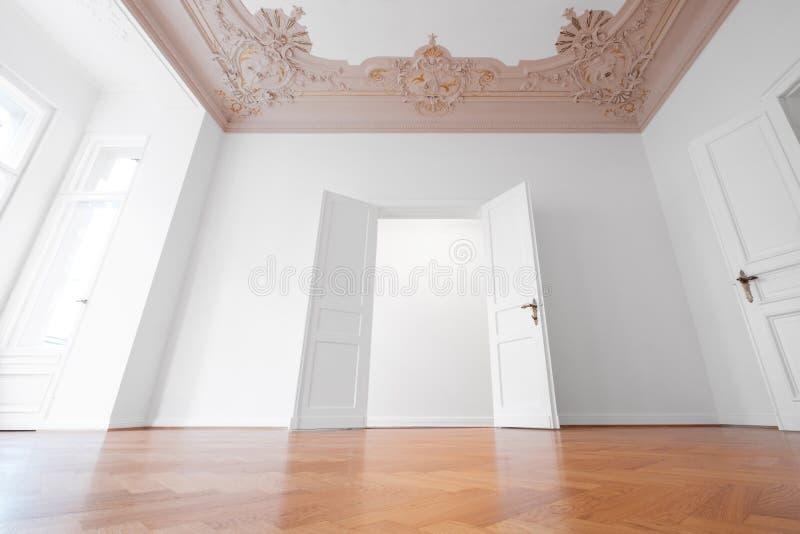 Estar aberto na sala vazia do apartamento histórico após a restauração foto de stock