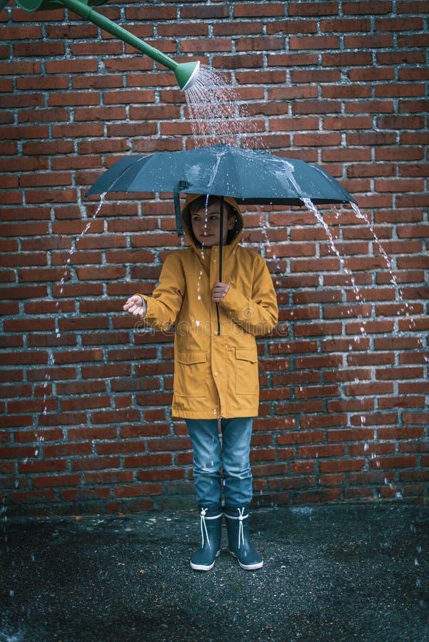 Estar na chuva falsificada imagens de stock royalty free