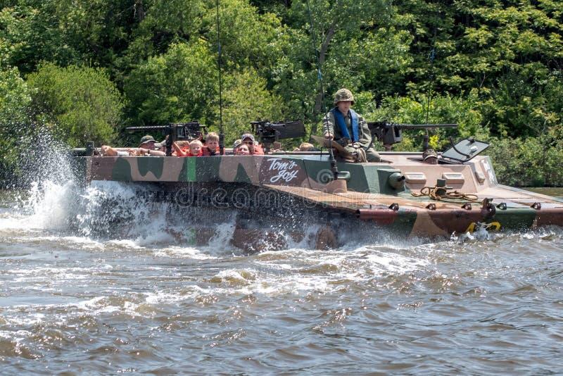 Estar-perseguidor enchido com os civis no St Joseph River foto de stock