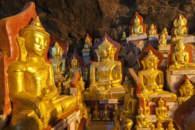 Estas cavernas são santuários budistas onde milhares de imagens budistas foram consagradas para o culto ao longo dos séculos em P imagens de stock royalty free