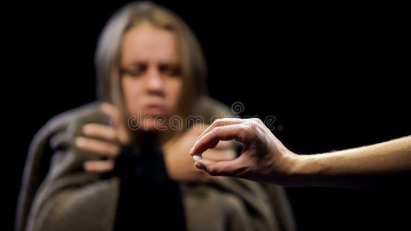 Estasi d'offerta ai sintomi di ritiro di sofferenza della donna, tossicodipendenza della mano fotografie stock