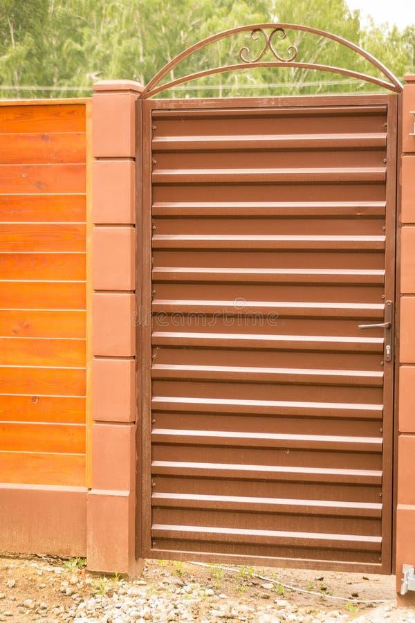 Estasi il gruppo con un wicket del rivestimento profilato marrone circondato da un recinto fotografia stock libera da diritti