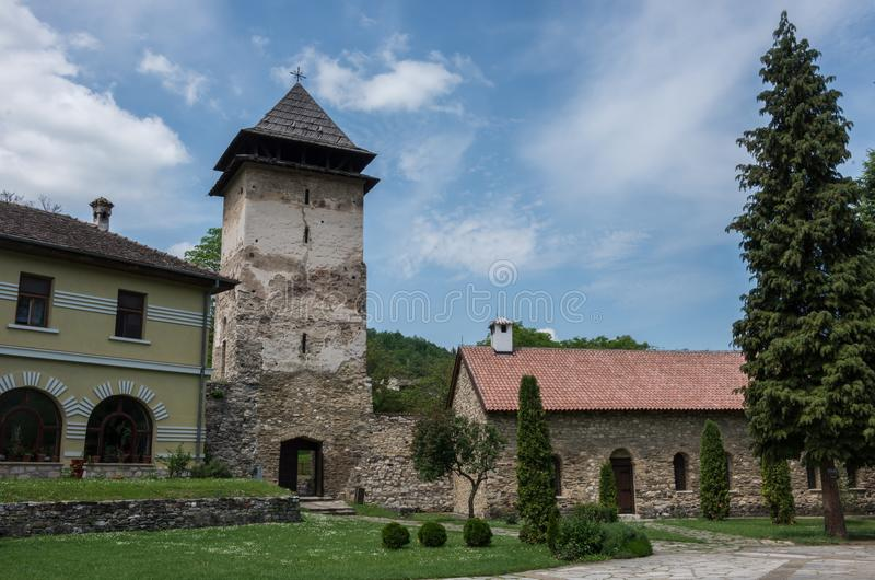 Estasi la torre del monastero di Studenica, orth serbo del XII secolo fotografia stock libera da diritti