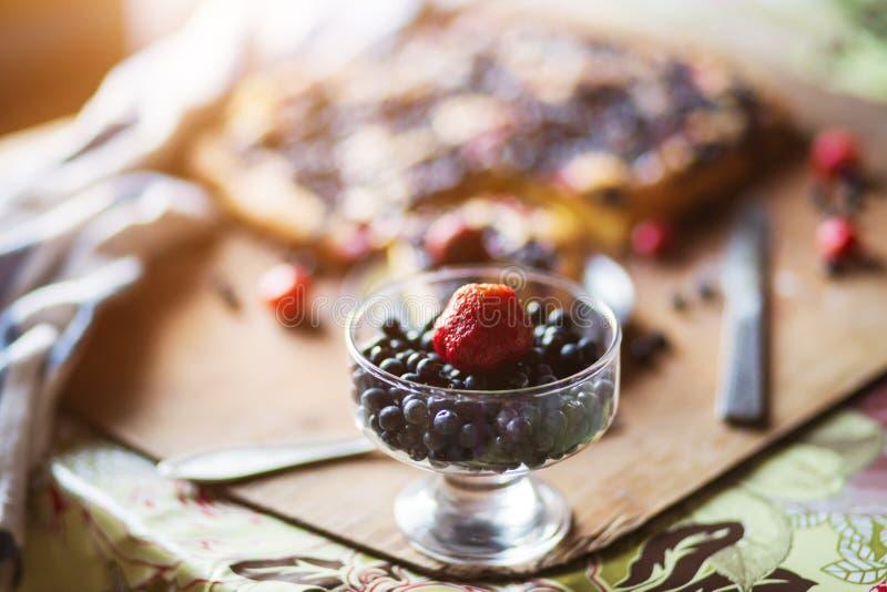 Estate, bacche, vitamine e concetto di frutti Mirtilli e fragole freschi fotografie stock libere da diritti