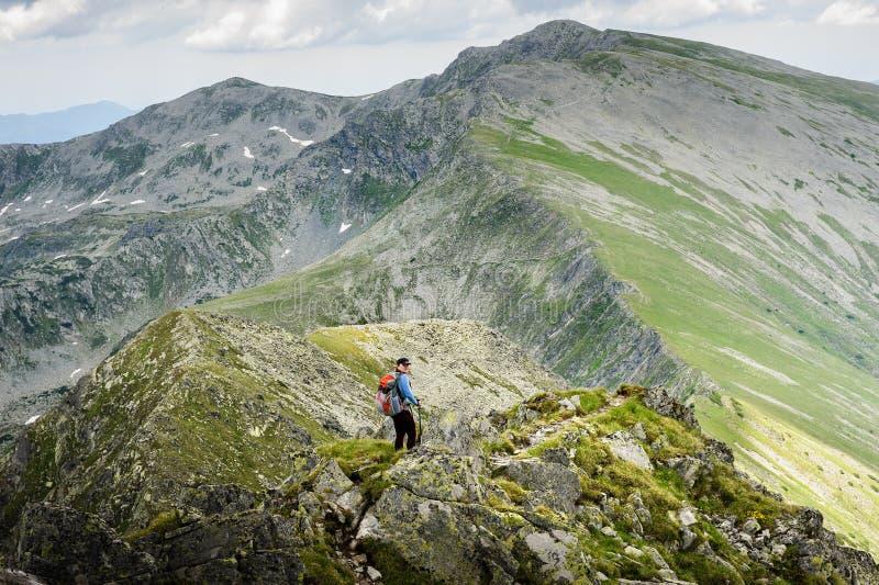 Estate che fa un'escursione nelle montagne immagine stock