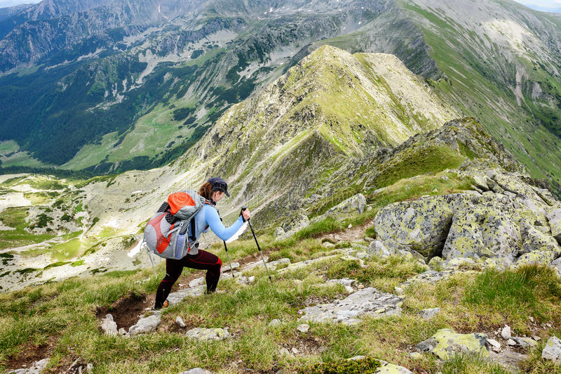 Estate che fa un'escursione nelle montagne immagini stock libere da diritti