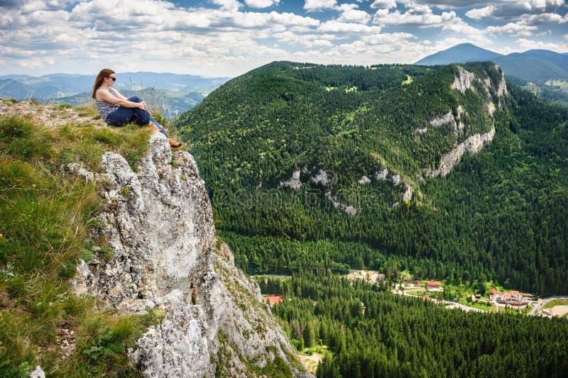 Estate che fa un'escursione nelle montagne immagine stock libera da diritti