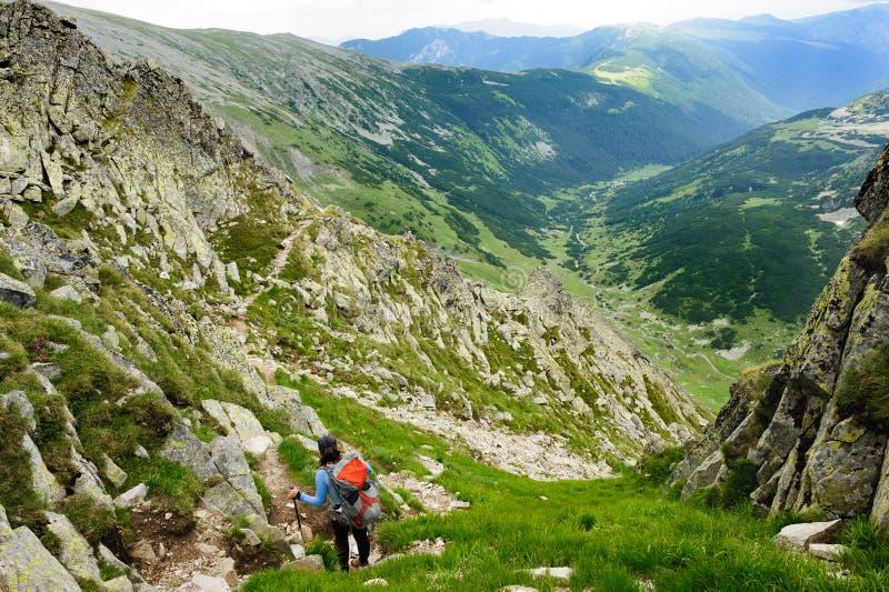 Estate che fa un'escursione nelle montagne fotografia stock