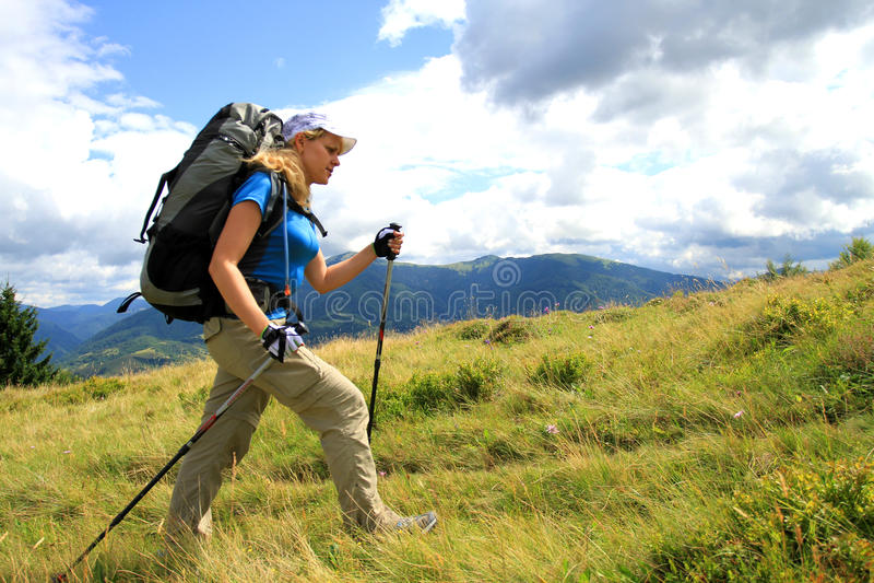 Estate che fa un'escursione nelle montagne immagini stock
