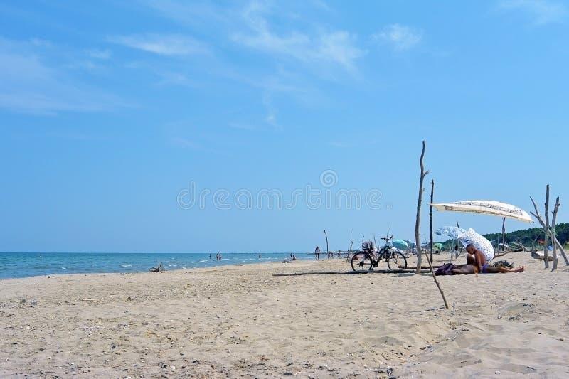 Estate che si accampa con una tenda ad una spiaggia selvaggia solitaria Lido di Classe, Italia immagini stock libere da diritti