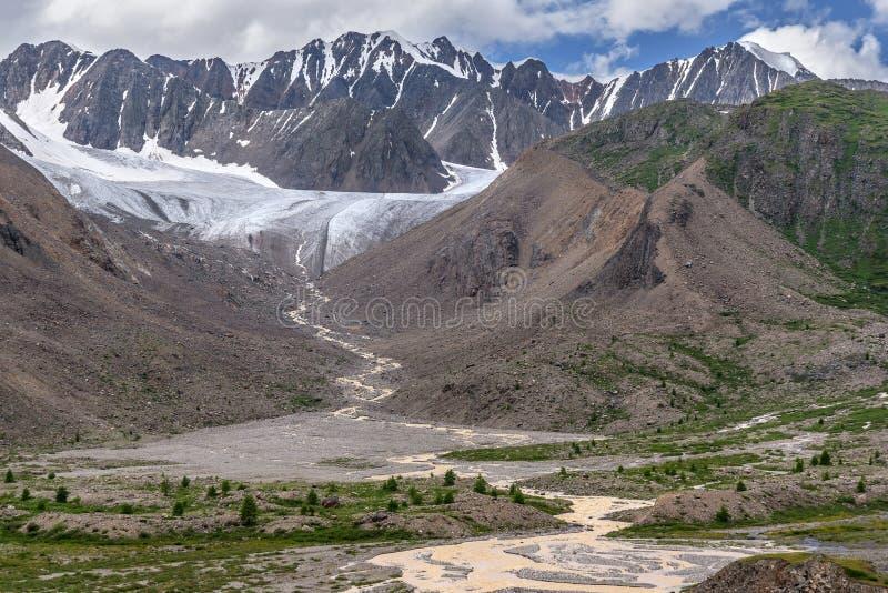 Estate degli alberi del fiume delle montagne del ghiacciaio immagini stock