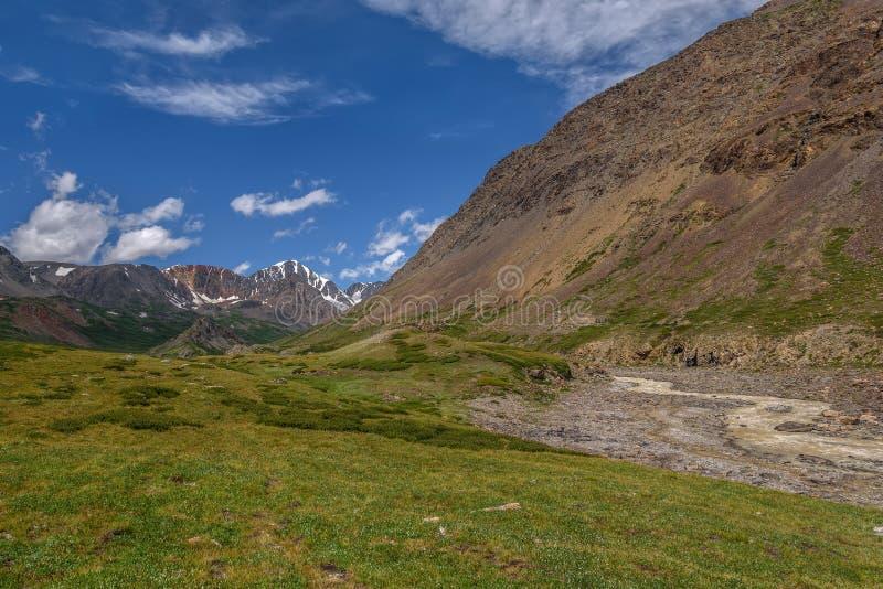 Estate del cielo della valle del ghiacciaio del fiume delle montagne fotografia stock libera da diritti