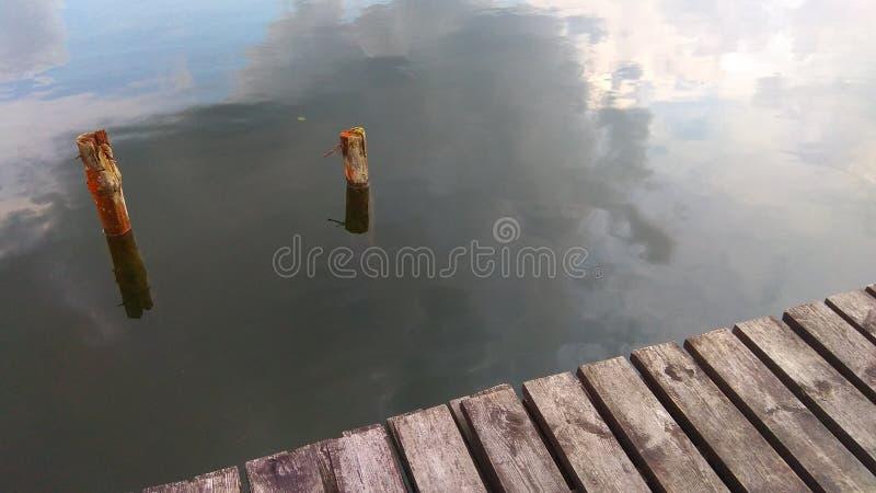 Estate del lago Un ancoraggio per la barca fotografia stock