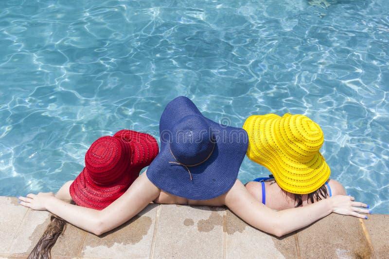 Estate dello stagno dei cappelli delle ragazze immagine stock