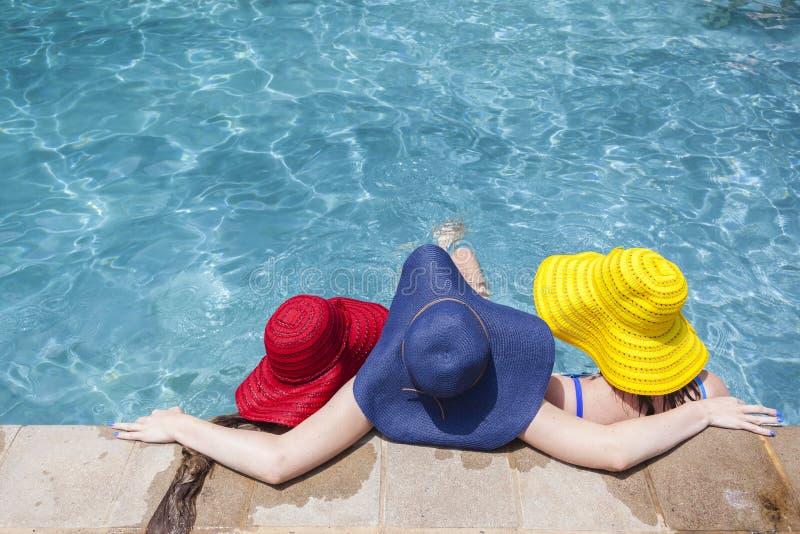 Estate dello stagno dei cappelli delle ragazze fotografie stock libere da diritti