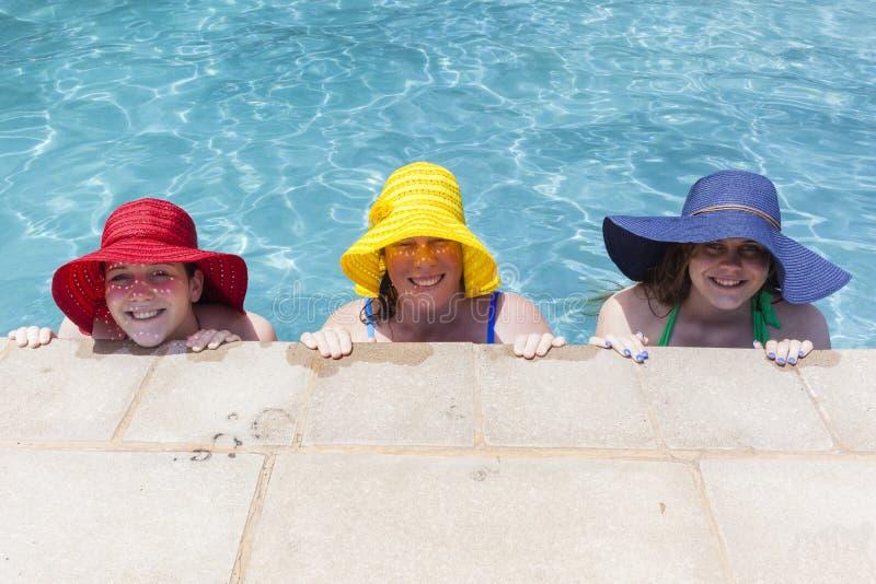 Estate dello stagno dei cappelli delle ragazze immagine stock libera da diritti