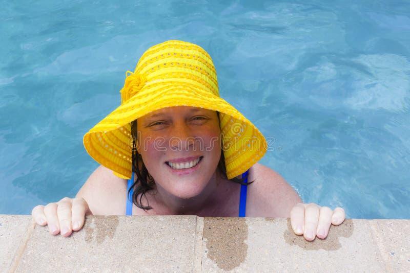 Estate dello stagno del cappello della donna immagini stock