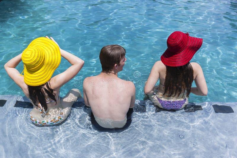 Estate dello stagno del ragazzo dei cappelli delle ragazze fotografie stock libere da diritti