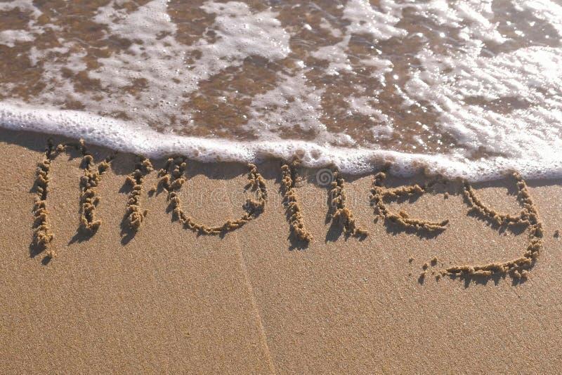 Estate di parola scritta nella sabbia di mare Le onde hanno lavato via l'iscrizione fotografie stock libere da diritti