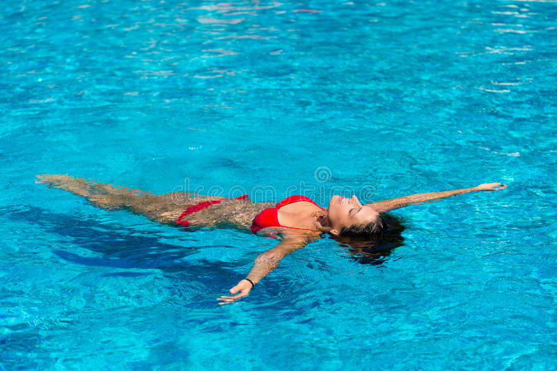 Estate di rilassamento della donna nella piscina fotografie stock