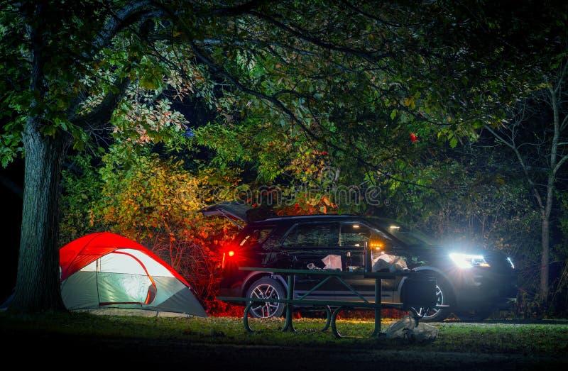 Estate durante la notte che si accampa fotografia stock libera da diritti