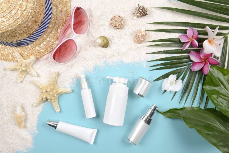 Estate e protezione solare, prodotto dei cosmetici di bellezza per cura di pelle ed accessori delle donne sul concetto di prodott fotografia stock