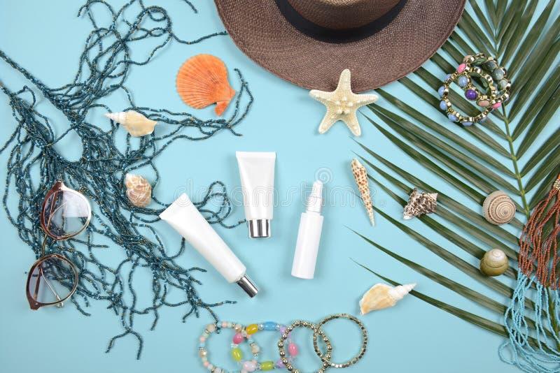 Estate e protezione solare, prodotto dei cosmetici di bellezza per cura di pelle ed accessori delle donne sul concetto di prodott immagine stock