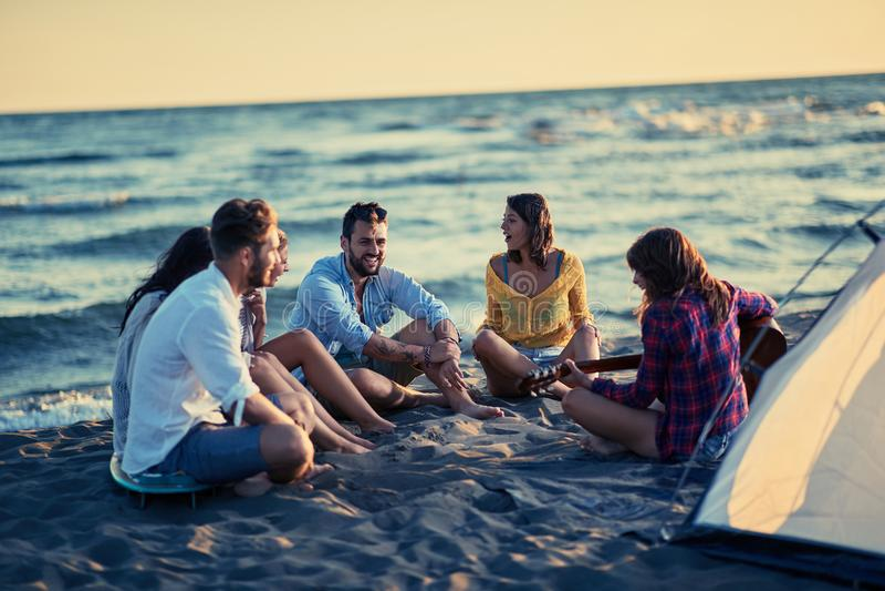 Estate, feste, vacanza, musica, concetto felice della gente - gruppo immagine stock