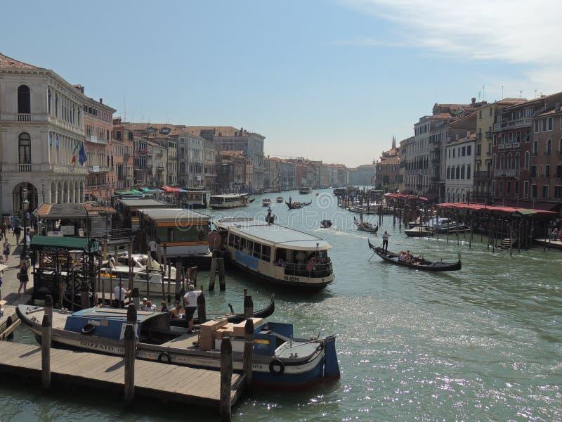 Estate Italia di Grand Canal Venezia di vista del ponte di Rialto fotografia stock libera da diritti