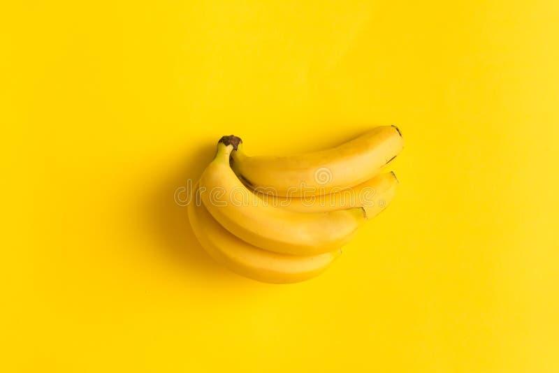 Estate minimalista del fondo della banana di disposizione dello spazio piano di carta giallo della copia fotografia stock libera da diritti