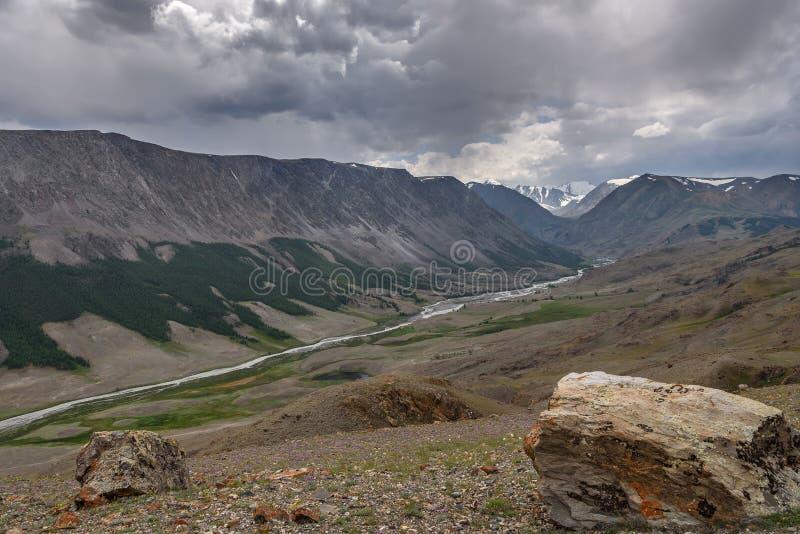 Estate nuvolosa di River Valley delle montagne immagini stock