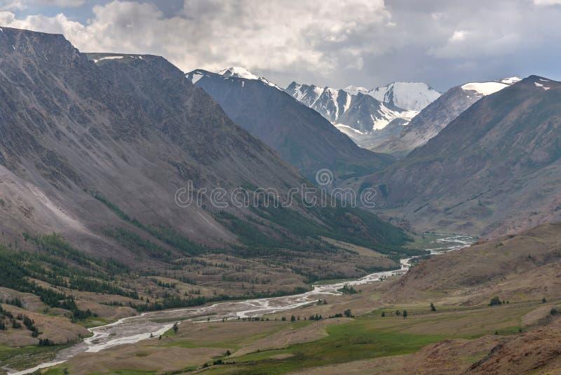 Estate nuvolosa di River Valley delle montagne fotografia stock libera da diritti