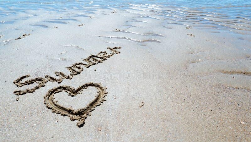 Download Estate Scritta A Mano Nella Sabbia Della Spiaggia Con Un Cuore Adorabile Illustrazione di Stock - Illustrazione di esotico, illustrazione: 56883869