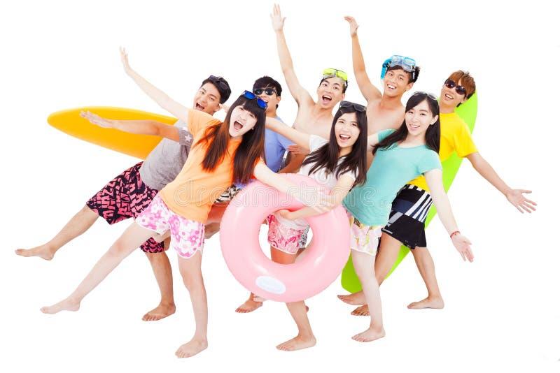 Estate, spiaggia, vacanza, giovane viaggio in gruppo felice fotografia stock libera da diritti