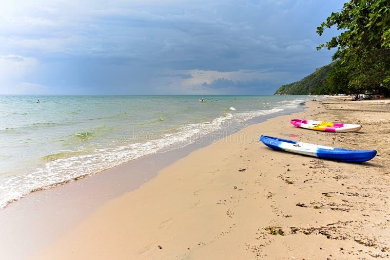 Estate sulla spiaggia, sul kajak e sull'oceano fotografia stock