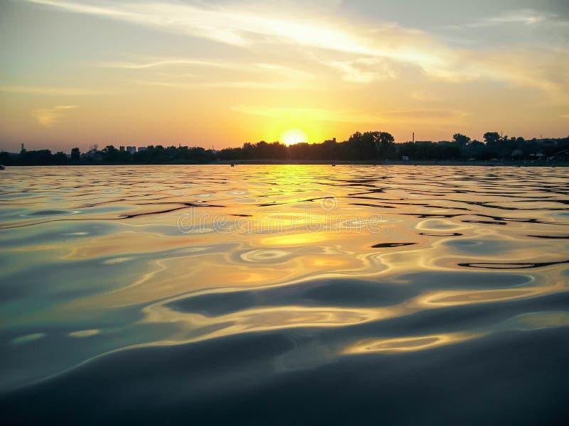 Estate, tramonto, spiaggia, superficie dell'acqua blu, lago fotografia stock
