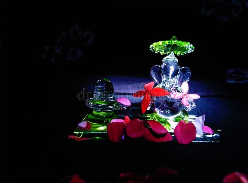 Estatua/ídolo de Ganesha al lado de Shiva Linga, hecha de Crystal Glass fotos de archivo