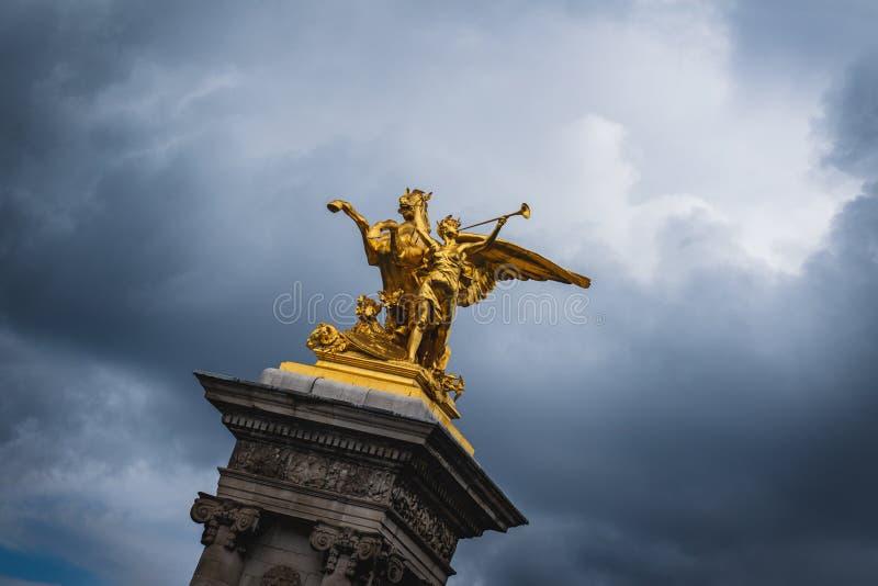 Estatua 'combate del au del renommée del La 'en el puente París de Alejandro III fotos de archivo