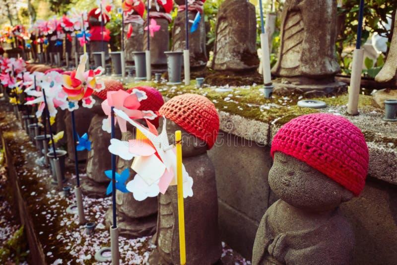 Estatua adornada de Jizo en el templo de Zojoji, Tokio fotos de archivo