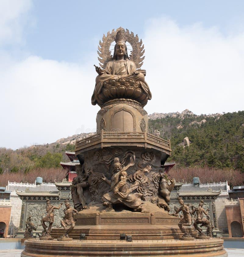 Estatua alta de Buda imagenes de archivo