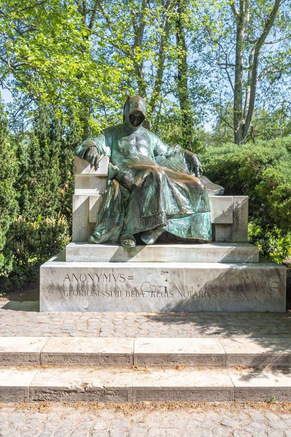Estatua anónima cerca del castillo de Vajdahunyad en Budapest, Hungría foto de archivo