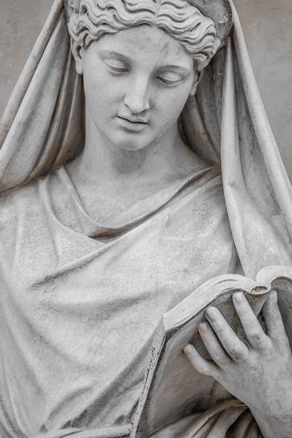 Estatua antigua de la mujer italiana sensual de la era del renacimiento que lee un libro, Potsdam, Alemania, detalles, primer imagen de archivo