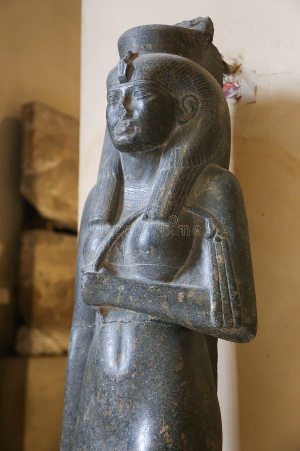 Estatua antigua de la reina egipcia - museo de El Cairo fotos de archivo libres de regalías