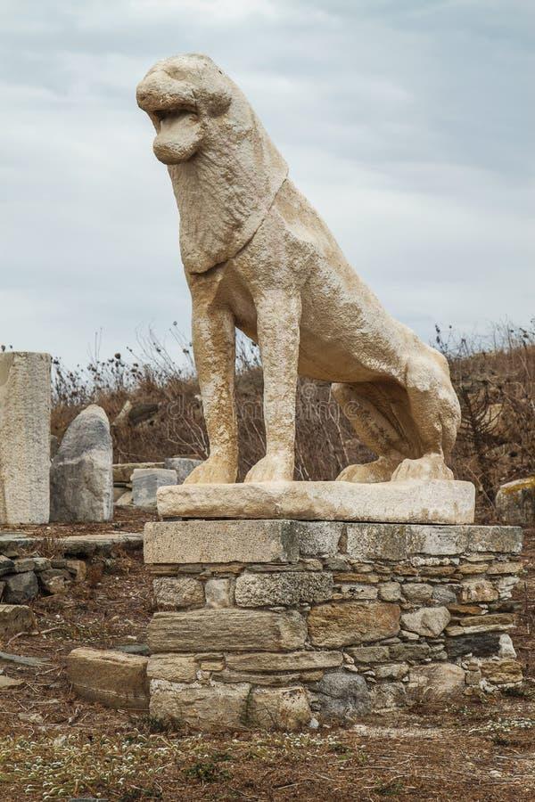 Estatua antigua del león en la isla de Delos Grecia imagenes de archivo